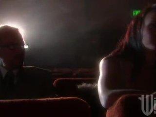 Mulatta haired goes a il cinema per un band invadere