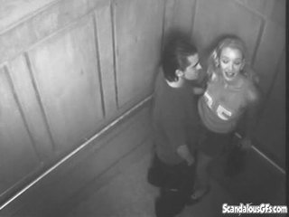 Seksuālā laiks uz the elevator gets noķerti par kamera
