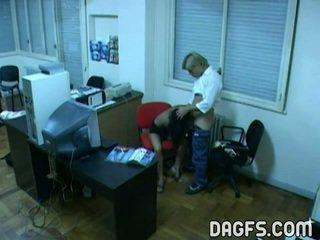 Kantoor bump betrapt door verborgen webcam