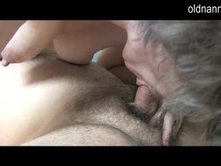 Jong guy licking oud harig poesje van grootmoeder video-
