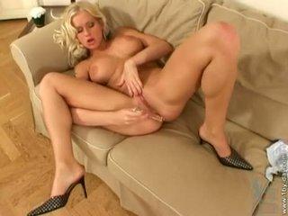 Stacy silver fills haar nat slit met een glas speelbal op de zitbank