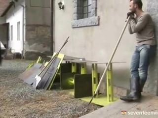 Neuken binnenin de stable