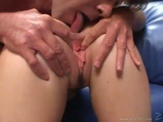 Elizabeth lawrence gets 她的 紧 小 屁股 性交 而 being fingered
