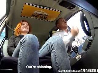 Wonderful tiener persuaded voor seks in taxi cab