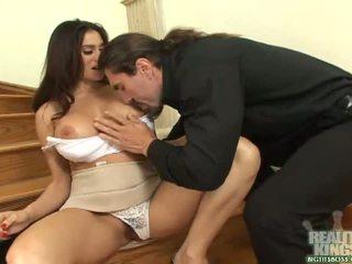 Bruneta sekretárka s veľký prsia dostať a kokot