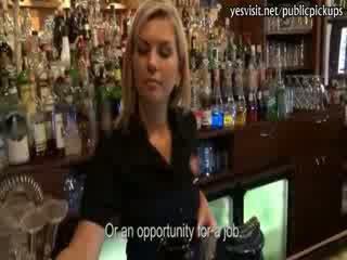 Roken blondine barmaid payed voor poesje pounding in de bar
