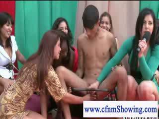 Cfmn meisjes spelen met guys lul in publiek