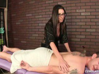 Het brunett masseuse causes en stor cumsprut