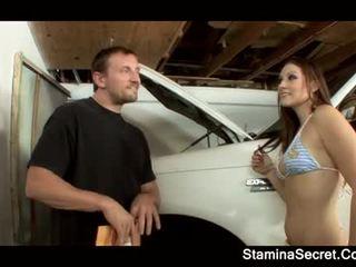 Elizabeth i dashur keeping të saj makinë premium poshtë