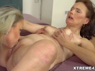 Rijpere lesbisch enjoys sommige poesje licking, porno 93