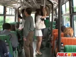 Yuu asakura ass là rubbed với một con gà trống trên các xe buýt