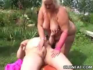 دهن ناضج شقراء لعبة مارس الجنس