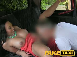 Faketaxi cul licking pipe beauty avec grand seins