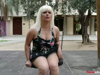 Susana se masturba sebuah escondidas en un parque público